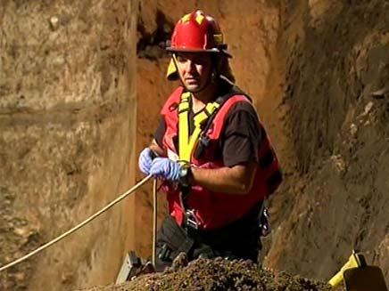 פעולות החילוץ של הפועל שנקבר תחת סוללת עפר בעזריאל (צילום: חדשות 2)