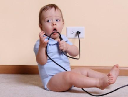 תינוק נוגע בחשמל (צילום: Jenny Swanson, Istock)