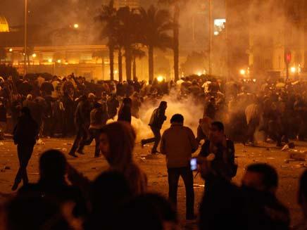 עשרות פצועים בהפגנה מול ארמון הנשיאות בקהיר (צילום: רויטרס)