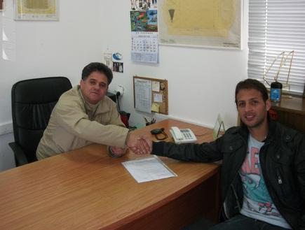 בלדוט וגבאי בעת החתימה (האתר הרשמי של הפועל חיפה) (צילום: מערכת ONE)