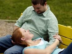 בחור ובחורה על ספסל ציבורי (צילום: istockphoto)