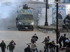 המשטרה דולקת אחרי המפגינים (צילום: רויטרס)