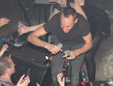 אסף אמדורסקי מחלק אלכוהול לקהל 2 (צילום: עודד קרני)