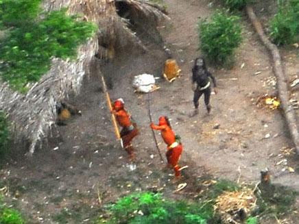 מכוונים חיצים לעבר המסוק. השבט האבוד (צילום: FUNAI)