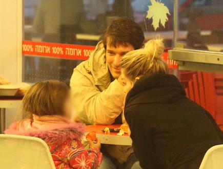 הילה נחשון עם הבת ובחור אנונימי בנמל תל אביב (צילום: אלעד דיין)