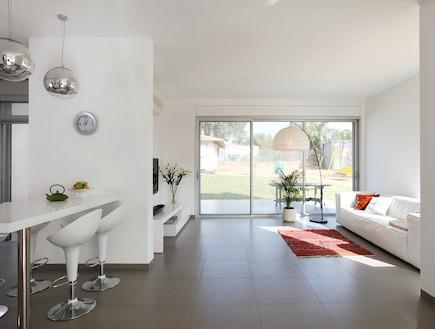 מבט לסלון אחרי שיפוץ - תמר שחק (צילום: יעל ארגוב)