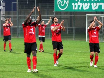 שחקני הפועל חיפה מודים לקהל בסיום (יניב גונן) (צילום: מערכת ONE)