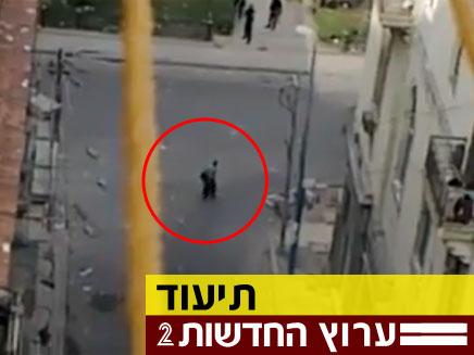 שוטרים מצרים יורים באזרח לא חמוש (צילום: dailymail)