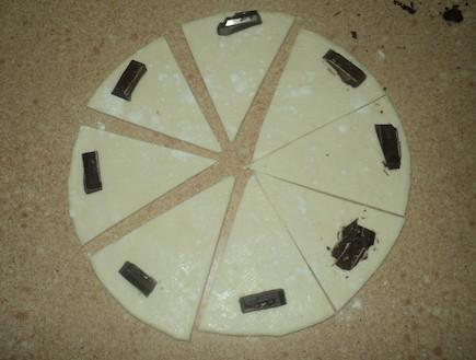 רוגלך מבצק מלאווח - מניחים קוביית שוקולד