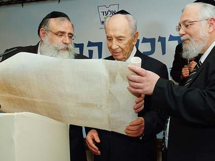הנשיא במהלך ביקורו באלעד (צילום: ישראל ברדוגו)