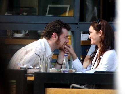 טל ברקוביץ' ואריק ברמן בבית קפה צמודים (צילום: אלעד דיין)