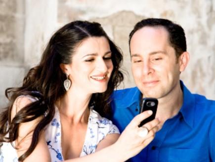 אפליקציות הריון - זוג מביט בטלפון סלולרי (צילום: bravobravo, Istock)