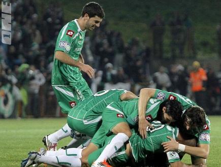 שחקני מכבי חיפה מועכים את תומר חמד (יוסי ציפקיס) (צילום: מערכת ONE)