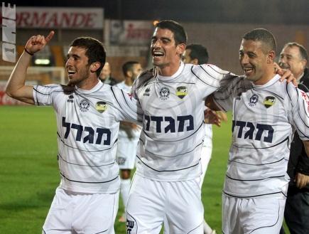 שחקני נתניה חוגגים ניצחון חשוב בחיפה (יניב גונן) (צילום: מערכת ONE)