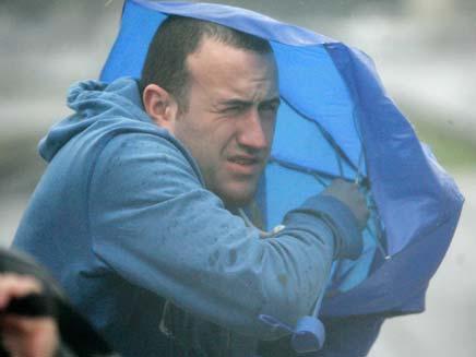 איש עם מטריה (צילום: חדשות 2)