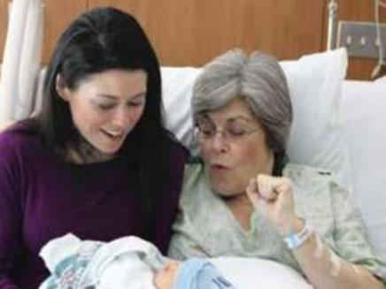 האם והסבתא המאושרות (צילום: chicago tribune)