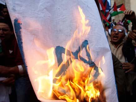 מחויבים להסכם? מפגינים שורפים דגל ישראל בקהיר (צילום: רויטרס)