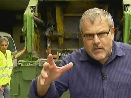 מנחם בעקבות האשפה (צילום: חדשות 2)
