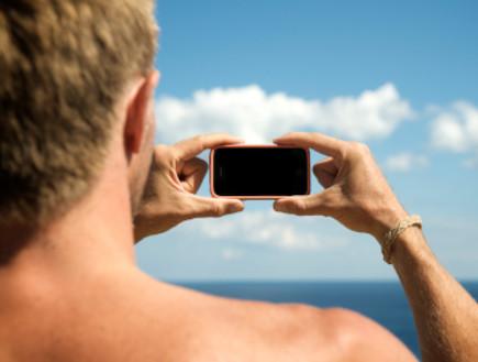 גבר עם סמארטפון (צילום: PeskyMonkey, Istock)