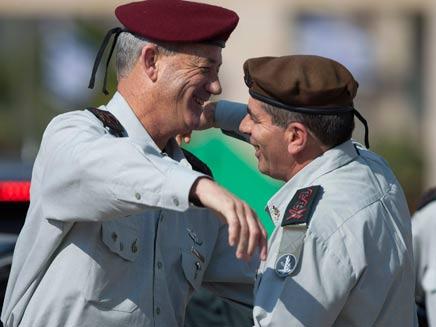 עם קודמו בתפקיד, גבי אשכנזי (צילום: AP)