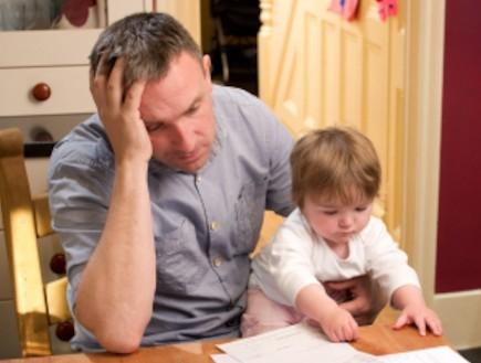 גבר עצוב עם תינוק - דיכאון אחרי לידה (צילום: sturti, Istock)