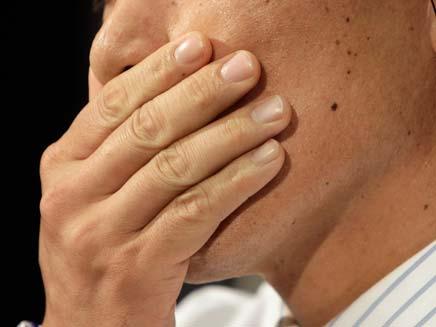 יד על הפה (צילום: AP)