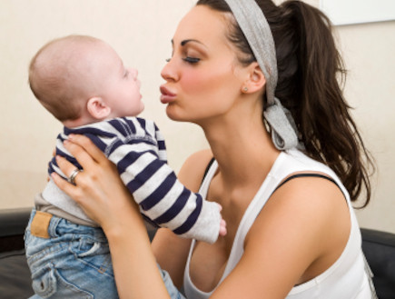 אמא חתיכה מנשקת תינוק (צילום: istockphoto)