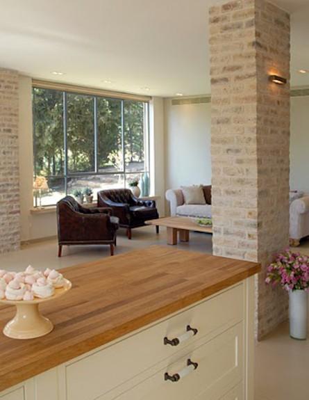 מבט מהמטבח לסלון אחרי שיפוץ - שרון קליין מרזן (תמונת AVI: שי בן אפרים)