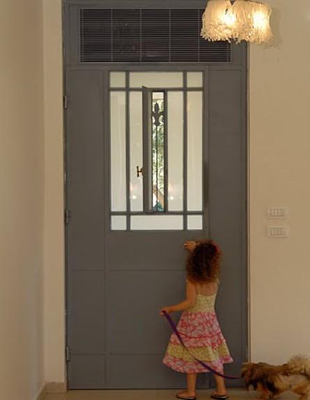 דלת הכניסה אחרי שיפוץ - שרון קליין מרזן (תמונת AVI: שי בן אפרים)
