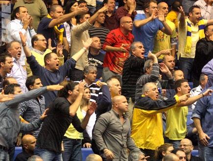 הקהל של מכבי בטירוף בפתיחת המשחק (יניב גונן) (צילום: מערכת ONE)