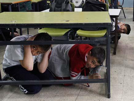 ילדים תחת השולחן בהתקפת טילים (צילום: חדשות 2)