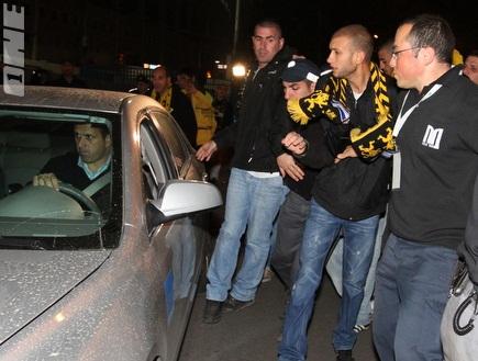"""אוהדי בית""""ר צובאים על מכוניתו של רוני לוי (שי לוי) (צילום: מערכת ONE)"""