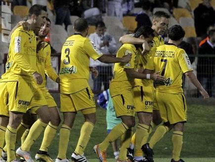 שחקני מכבי חוגגים את הניצחון באשקלון (יוסי ציפקיס) (צילום: מערכת ONE)