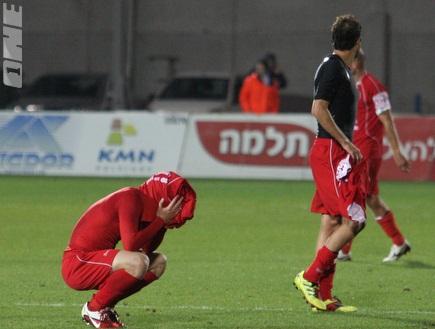 שחקני חיפה אחרי שריקת הסיום (עמית מצפה) (צילום: מערכת ONE)