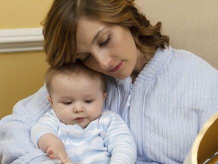 אמא מקריאה סיפור לתינוק (צילום: ReeseImages, Istock)
