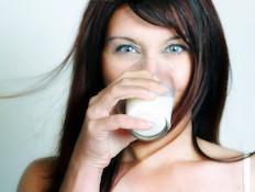 אישה שותה חלב (צילום: lisegagne, Istock)