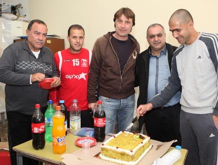 יום חגיגי בסכנין. העוגה של אבו סלאח (עמית מצפה) (צילום: מערכת ONE)