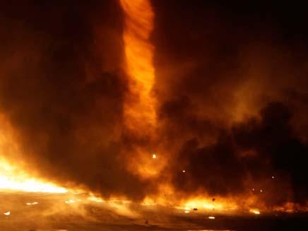 טורנדו אש בהונגריה: תמונות השבוע (צילום: רויטרס)