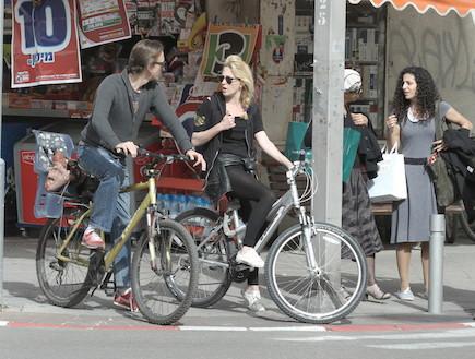 מיה דגן והחבר פפר על אופניים (צילום: אלעד דיין)