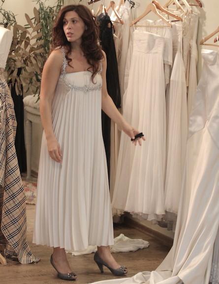 עדי כהן במדידות אחרונות של שמלת כלה (צילום: אלעד דיין)