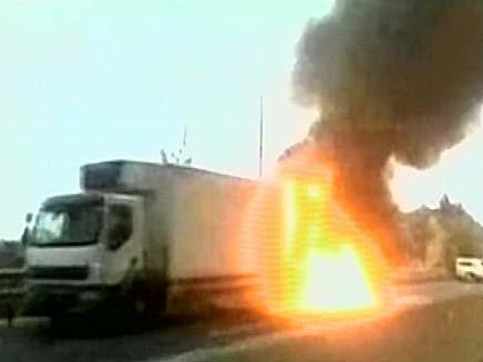 המשאית שעלתה באש וגרמה לעומסי תנועה (צילום: חדשות 2)