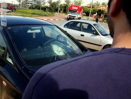 אוהדי הפועל ליד הרכב ששמשתו נופצה (משה חרמון) (צילום: מערכת ONE)
