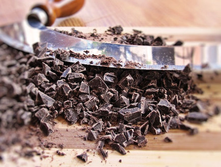 עוגת פרלין מוס שוקולד - קוצצים את השוקולד