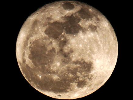 הירח הענק במלוא הדרו (צילום: רויטרס)
