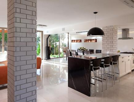 מבט למטבח וסלון אחרי שיפוץ - נעמה בן משה 2 (צילום: שי אפשטיין)