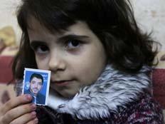 בתו של אבו סיסי עם תמונתו (צילום: AP)