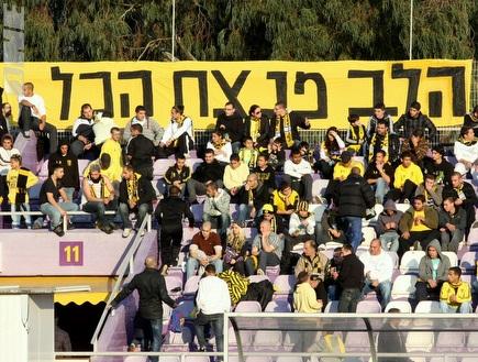 """אוהדי בית""""ר ירושלים במשחק מול ר""""ג (משה חרמון) (צילום: מערכת ONE)"""