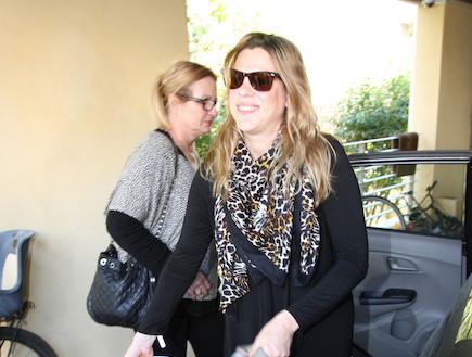 אילנה ברקוביץ יוצאת מבית חולים (צילום: אלעד דיין)