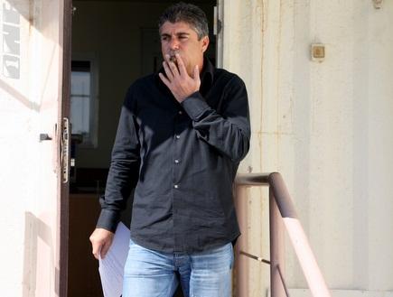 פרוספר אזגי עם סיגר וההודעה לתקשורת (יניב גונן) (צילום: מערכת ONE)