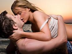 זוג מתנשק (צילום: istockphoto)